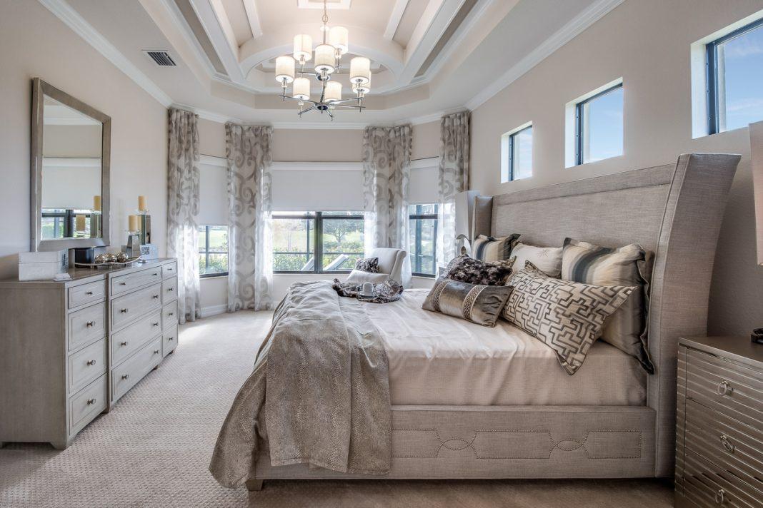 Un chambre avec un grand lit
